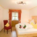 Fewo Kaiserwinkl-Panorama, 2-4 Personen, Träumen im Zirbenholzschlafzimmer mit den besonderen Eigenschaften