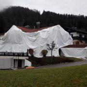 Ferienwohnung Neumaier Baustelle, Ferienhaus verhüllt mit großer weißer Plane