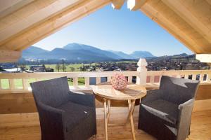 Balkon Ferienwohnung Kaiserwinkl Suite mit Sitzgruppe und Blick auf Kaisergebirge in Reit im Winkl