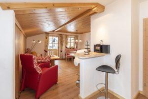 Wanderurlaub in neu renovierter Ferienwohnung Kaiserwinkl Studio, Blick von Küche in großen Wohnbereich