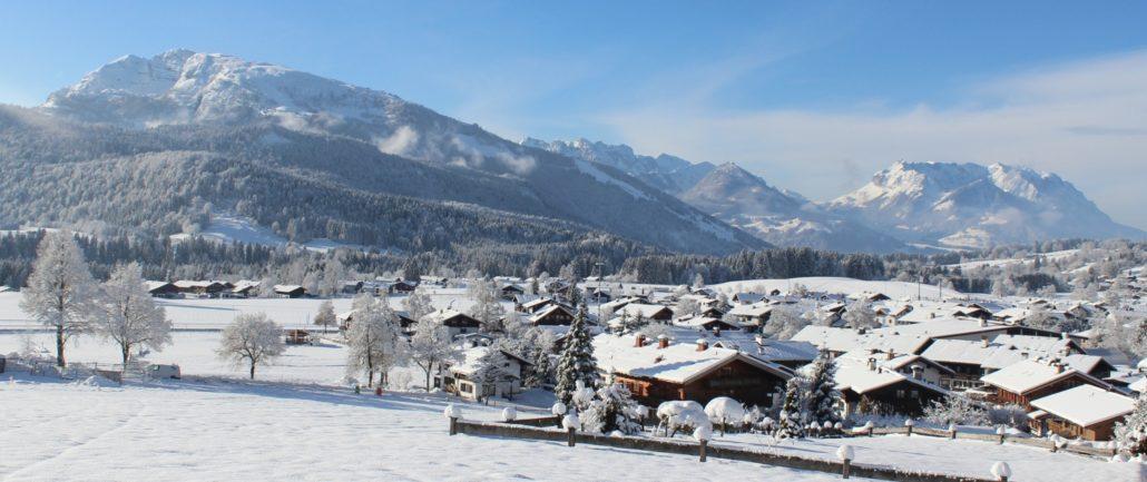Reit im Winkl im Winter mit Kaisergebirge