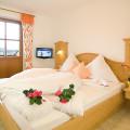 Fewo Kaiserwinkl-Panorama, 2-4 Personen, zweites Schlafzimmer mit Flat-TV und Bergblick