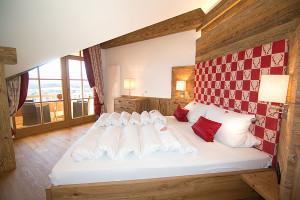 Ferienwohnung Kaiserwinkl Suite Schlafzimmer mit Blick auf Kaisergebirge - Ferienwohnungen Neumaier Reit im Winkl