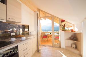 Küche und Balkon in exklusiver Ferienwohnung Kaiserwinkl Studio in Reit im Winkl - Ferienwohnungen Reit im Winkl Neumaier