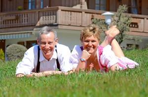 Fewo Reit im Winkl, Christa und Michael Neumaier vor Ferienhaus