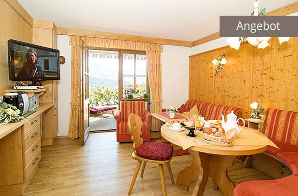 Wohnzimmer mit Zugang zu Terrassse von Ferienwohnung Kaiserwinkl für 1-2 Personen