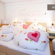 Separates Schlafzimmer mit Boxspringbett in Ferienwohnung Kaiserwinkl für 1-2 Personen