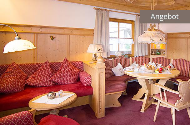 Wohnzimmer mit Sitzgruppe in Ferienwohnung Kaiserwinkl Residenz für 2-4 Personen