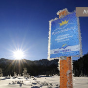 Winterwandern in Reit im Winkl, Schild Panoramaweg in Winterlandschaft