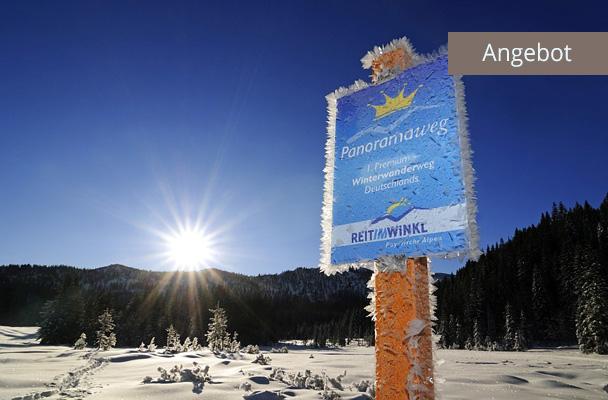 Winterwandern in Reit im Winkl, Schild Panoramaweg in Winterlandschaft