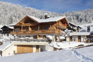 Ferienwohnungen Neumaier Reit im Winkl Ferienhaus mit neu renovierter Fassade im Winter 2
