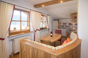 Küche und Sitzwecke in Ferienwohnung Kaiserwinkl Suite bei Ferienwohnungen Neumaier in Reit im Winkl