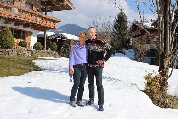 Christa und Michael Neumaier im Schnee vor Ihrem Ferienhaus - Ferienwohnungen Neumaier Reit im Winkl