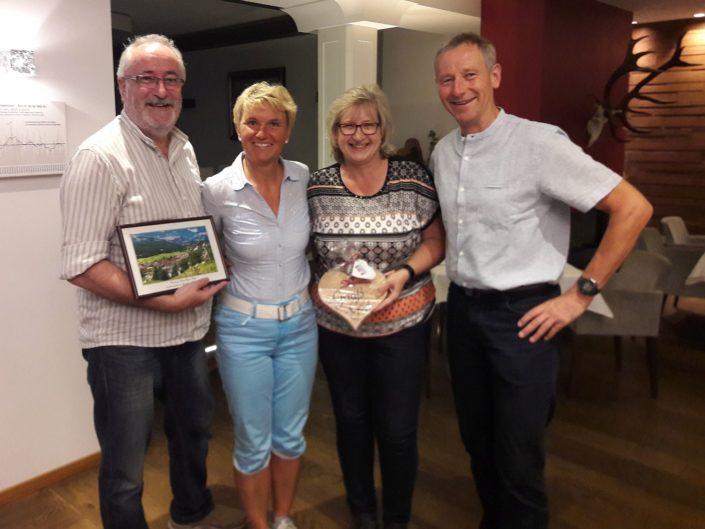 Langjährige Gäste von Ferienwohnung Neumaier Reit im Winkl aus Mainaschaff mit Gastgeschenken und Christa und Michael Neumaier in Gasthaus