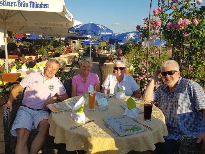 Gäste von Ferienwohnung Neumaier Reit im Winkl seit mehr als 30 Jahren aus NRW in Biergarten mit Christa und Michael Neumaier