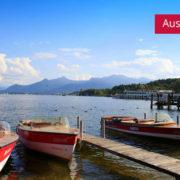 Chiemsee im Chiemgau mit Booten an Anlegesteg