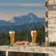 Brotzeit auf Berghütte in Reit im Winkl
