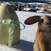 Osterhase und Osterei im Schnee auf Anhöhe über Reit im Winkl, Angebot Ferienwohnung Neumaier